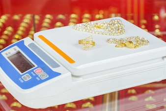 Balances numériques pour peser des bagues et des colliers en or