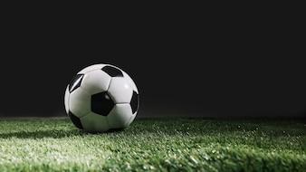 Ballon de football sur gazon de gazon