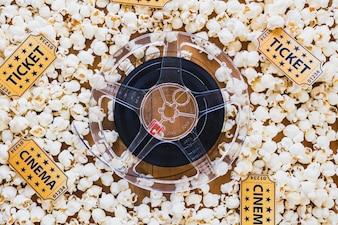 Bande de film et pop-corn en arrangement