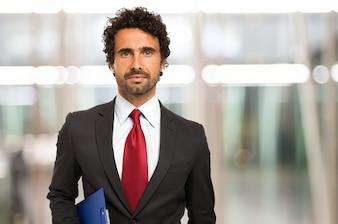 Bel homme d'affaires détenant un presse-papiers