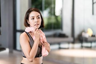 Belle jeune femme Sportswear travailler dans la salle de gym