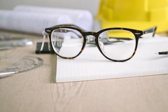 Belles lunettes sur les fournitures de rédaction