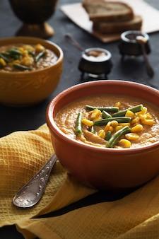 Bol de soupe de purée de légumes avec maïs et haricots