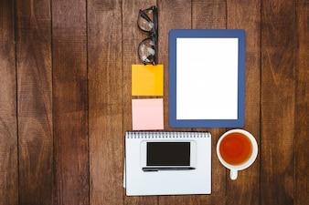 Bouchent la vue des affaires sur le bureau en bois