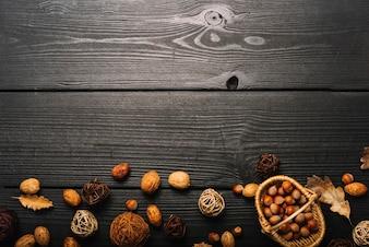Boules décoratives et noix sur table