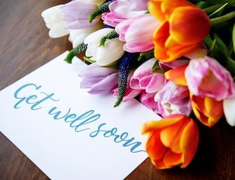 Bouquet de fleurs de tulipes avec Get Well Soon Wishing Card