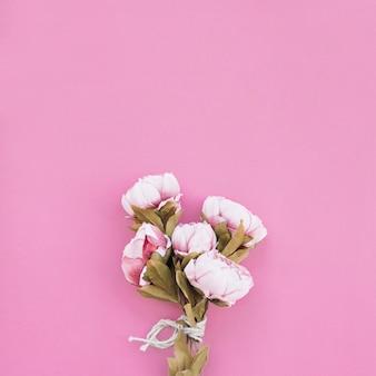 Bouquet de roses sur le beau fond rose
