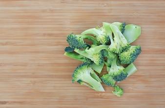 Brocoli vert frais sur planche de bois. Vue de dessus