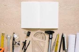 Brouillons et outils près de cahier ouvert