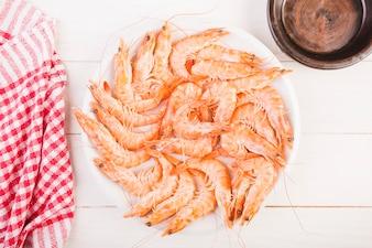 Bureau de cuisine avec plaque de crevettes