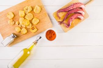Bureau de cuisine avec pommes de terre et fruits de mer