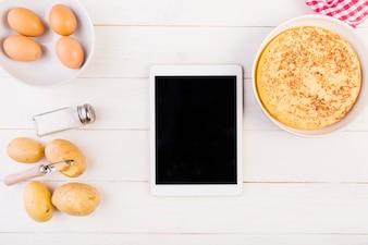 Bureau de cuisine avec tarte et tablette