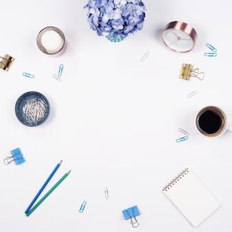 Bureau table bureau. stationnaire sur fond blanc. Flat lay. Vue de dessus