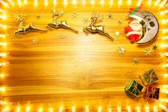 Cadre de lumières de Noël sur fond de bois doré