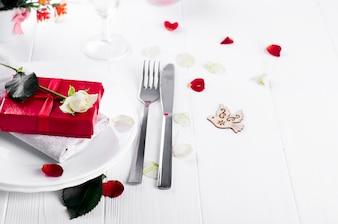 Cadre de table de vacances élégant avec un cadeau ruban rouge