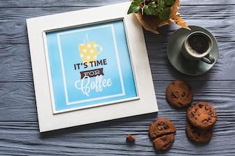 Cadre photo avec une tasse de café et des biscuits