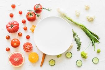 Cadre vide blanc sur les légumes colorés sur fond texturé
