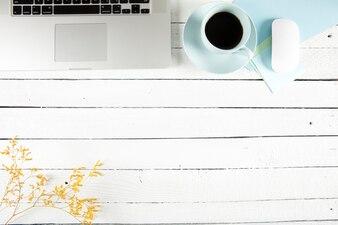 Café et brindille près ordinateur portable sur la table