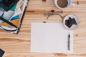 Café et chocolat près de la feuille de papier