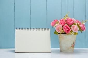 Calendrier de bureau blanc avec des fleurs roses pastel