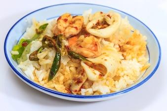 Calmars et crevettes frits avec de la pâte de chili