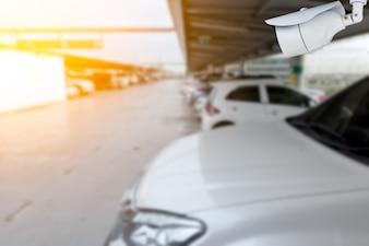 Caméra de surveillance dans le parc de voitures en plein air