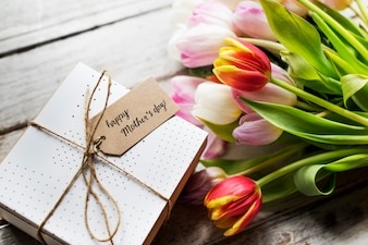 Carte de fête des mères heureuse avec fond de fleurs