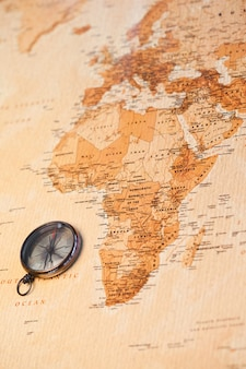 Carte du monde avec boussole montrant l'Afrique