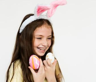 Caucasien, fille, porter, bandeau lapin, tenue, oeufs pâques, rire