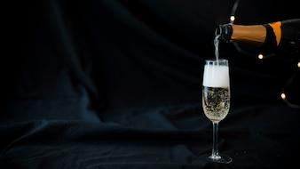 Champagne verser dans le verre