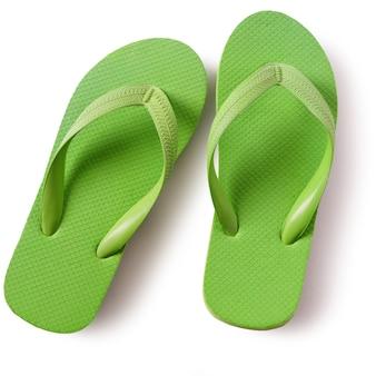 Chaussures de plage flip flop vert isolé sur fond blanc