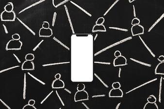 Chiffres dessinés à la main reliés par blanc téléphone portable blanc sur tableau noir