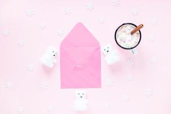 Chocolat chaud et flocons de neige près de l'enveloppe et des ours