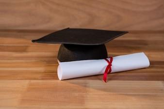 Close-up du certificat d'études avec panneau de mortier sur une table