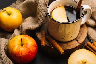 Close-up pommes et tissu près de la boisson épicée