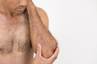 Closeup homme coude et bras douleur et blessures sur fond blanc.