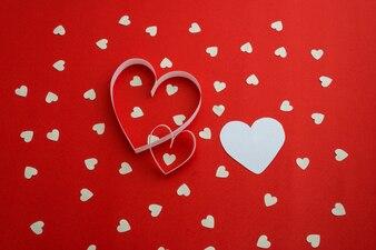 Coeurs blancs sur fond rouge