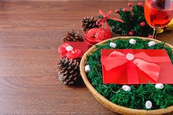 Coffret rouge dans un panier à Noël et un verre de fête