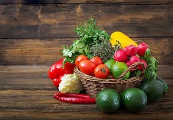 Composition avec assortiment de fruits et légumes biologiques crus. Régime de désintoxication.