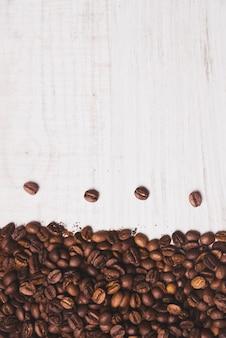 Composition de grains de café sur blanc