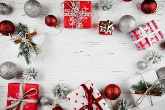 Composition de Noël de coffrets cadeaux et boules lumineuses