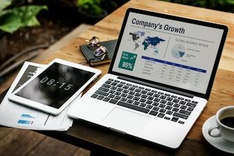 Concept d'entreprise global travaillant pour ordinateur portable numérique