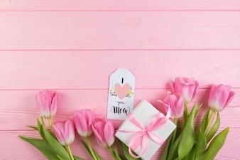 Concept de fête des mères floral avec boîte-cadeau