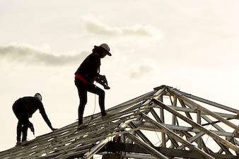 Construction de deux hommes travaillant