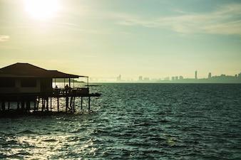 Coucher de soleil au bord de la mer, meilleur temps en Thaïlande.