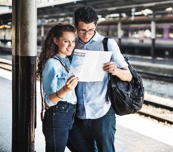 Couple Amoureux Voyage Train Backpacker Concept