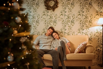 Couple de détente sur le canapé