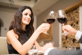 Couple, grillage, lunettes, restaurant