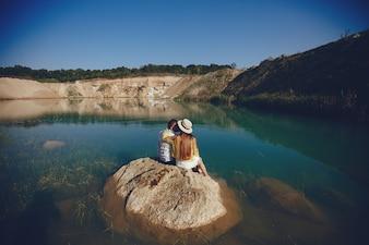 Couple près de l'eau bleue