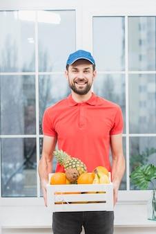 Courrier avec boîte de fruits